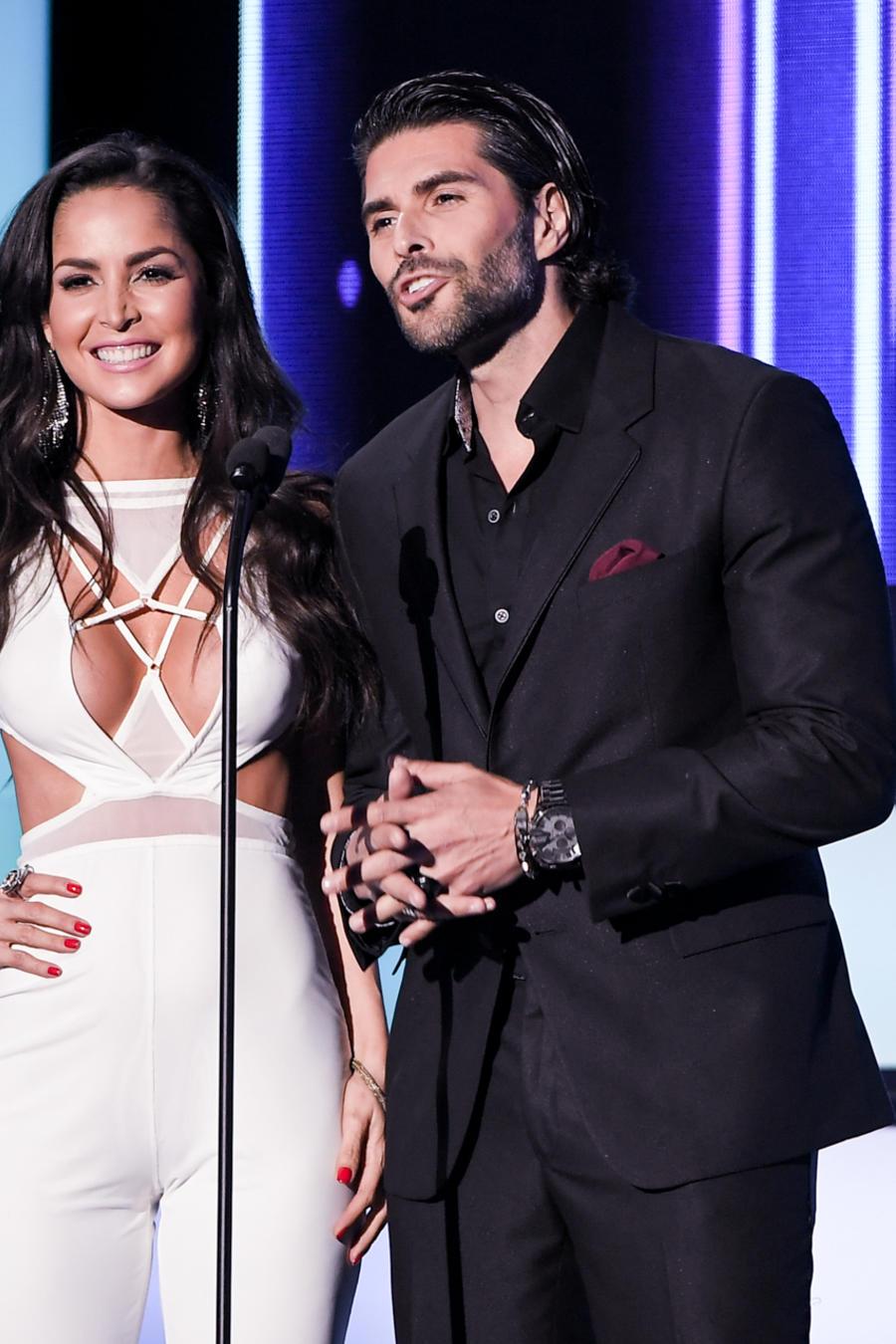 Carmen Villalosbos y Juan Pablo Llano, presentadores, Premios Tu Mundo 2016