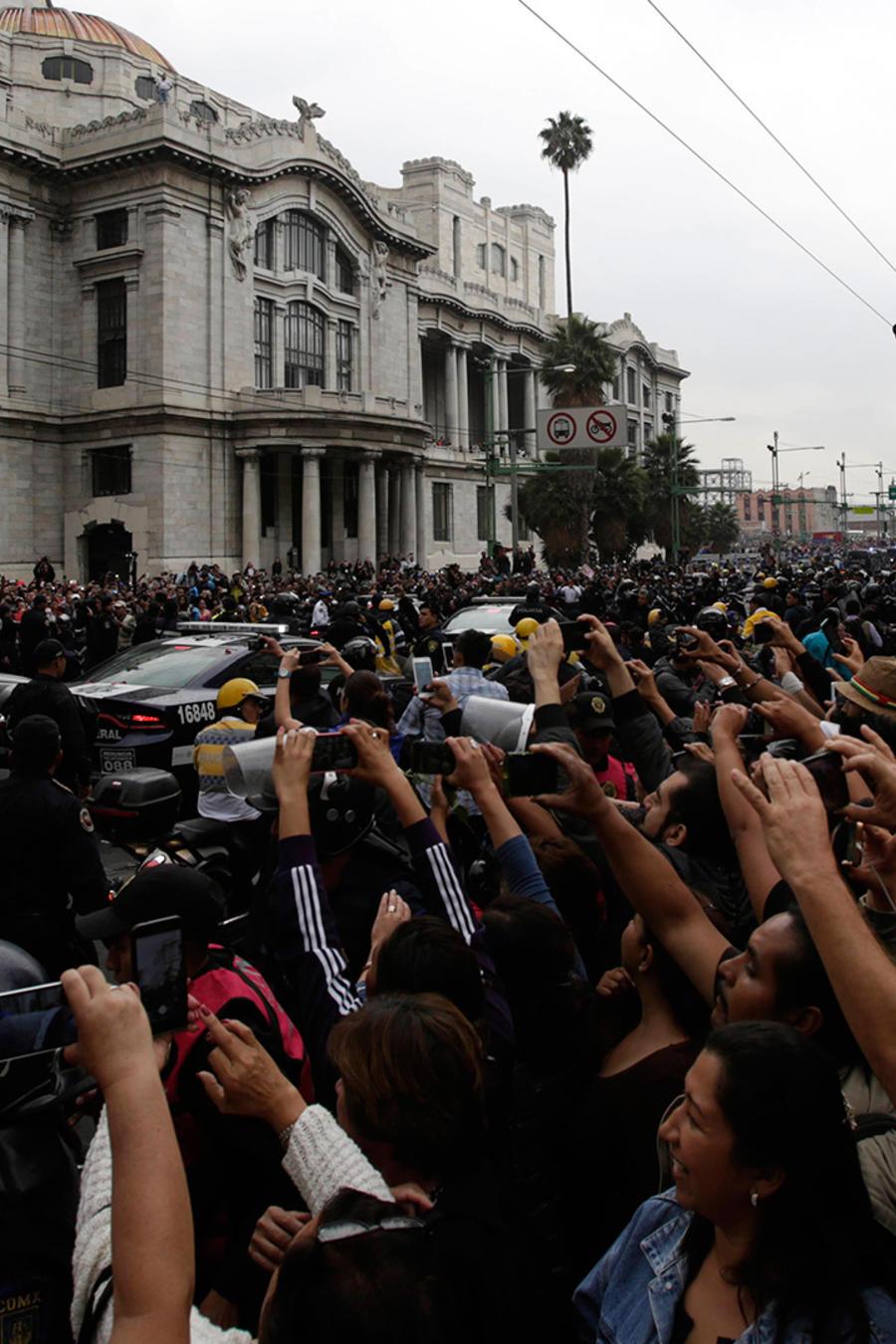 Seguidores de Juan Gabriel acuden a su homenaje en Bellas Artes
