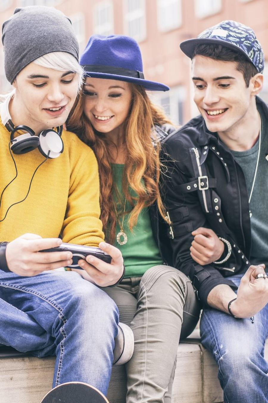 Adolescentes usando un teléfono móvil