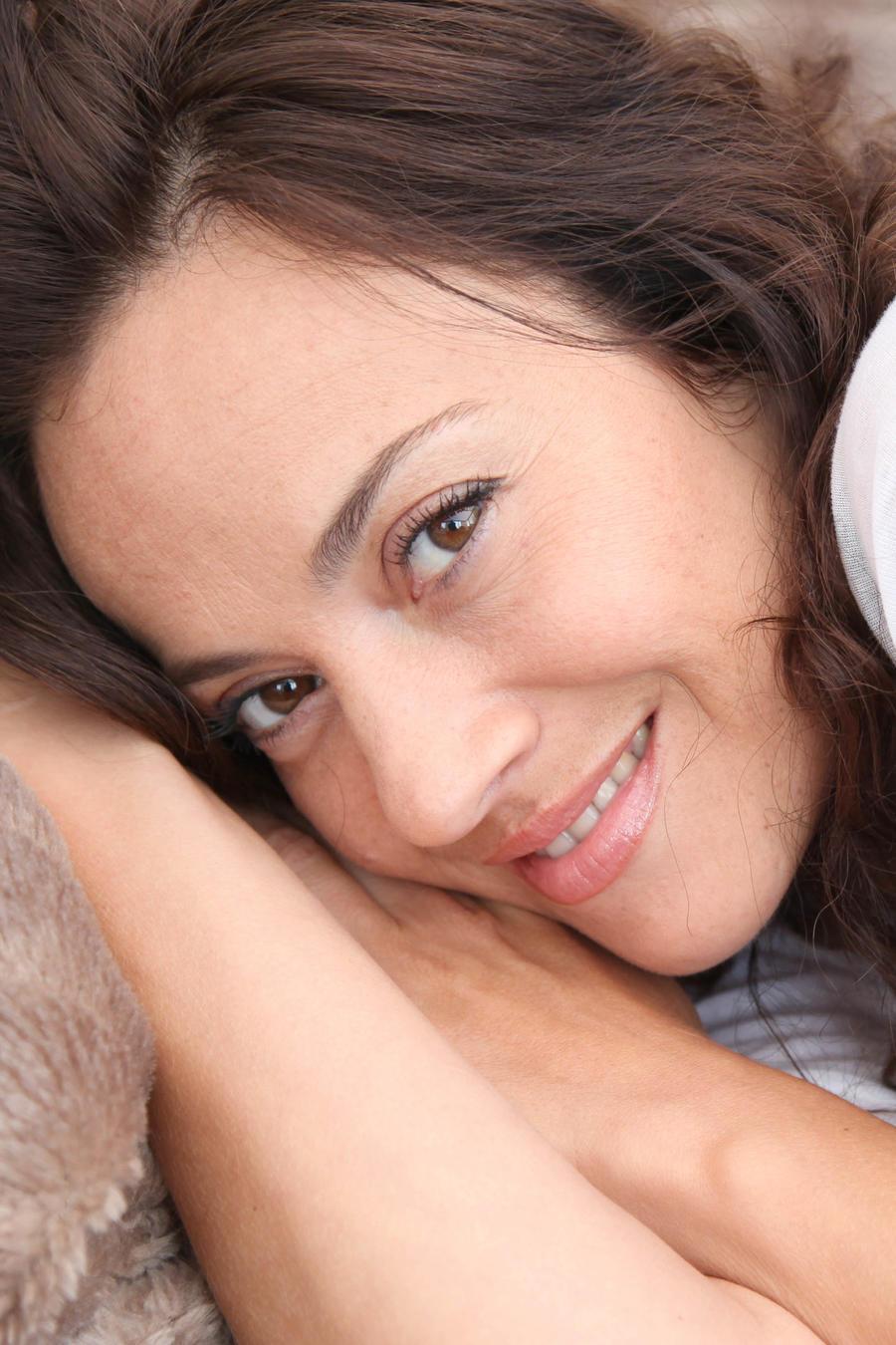 Mujer recostada sonriendo