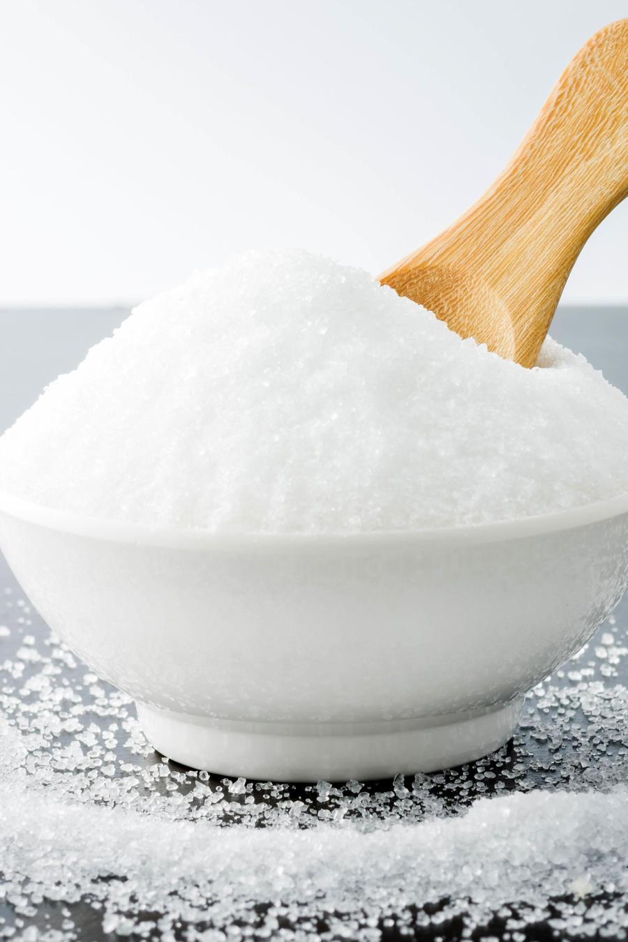 Bowl de azúcar y cuchara de madera