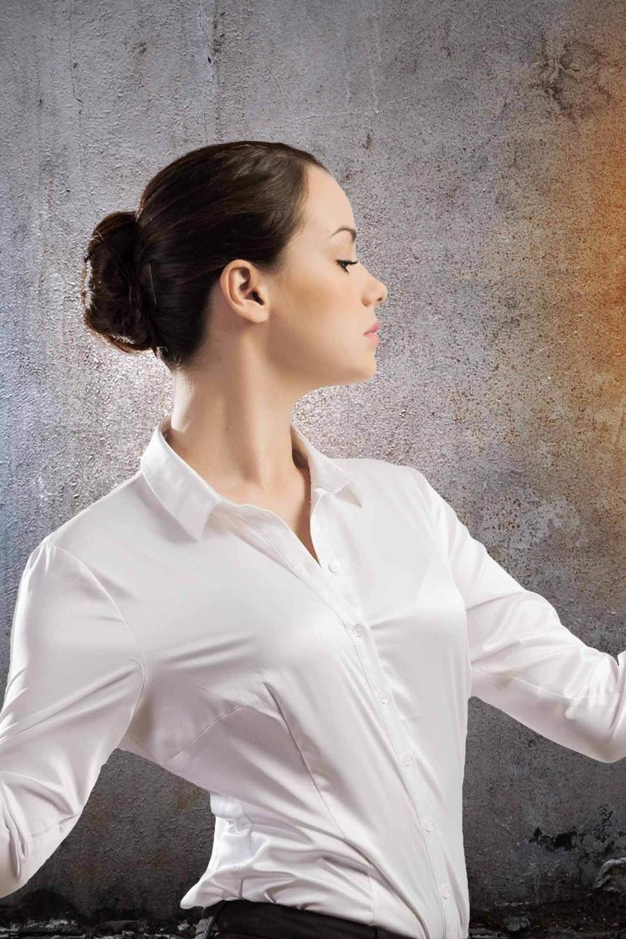 Mujer balanceando cerebro y corazón