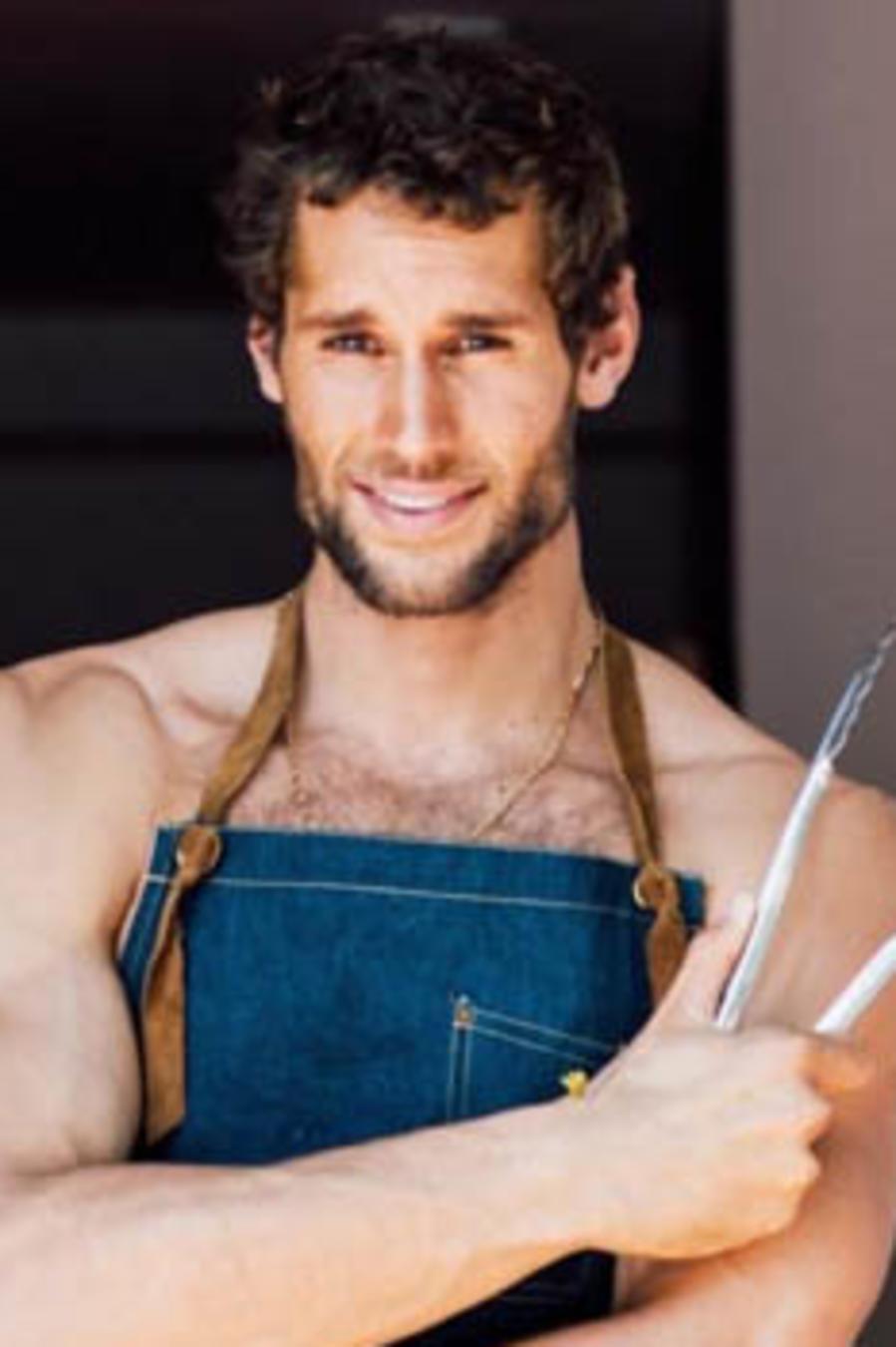 Chef posa sin camisa y con delantal