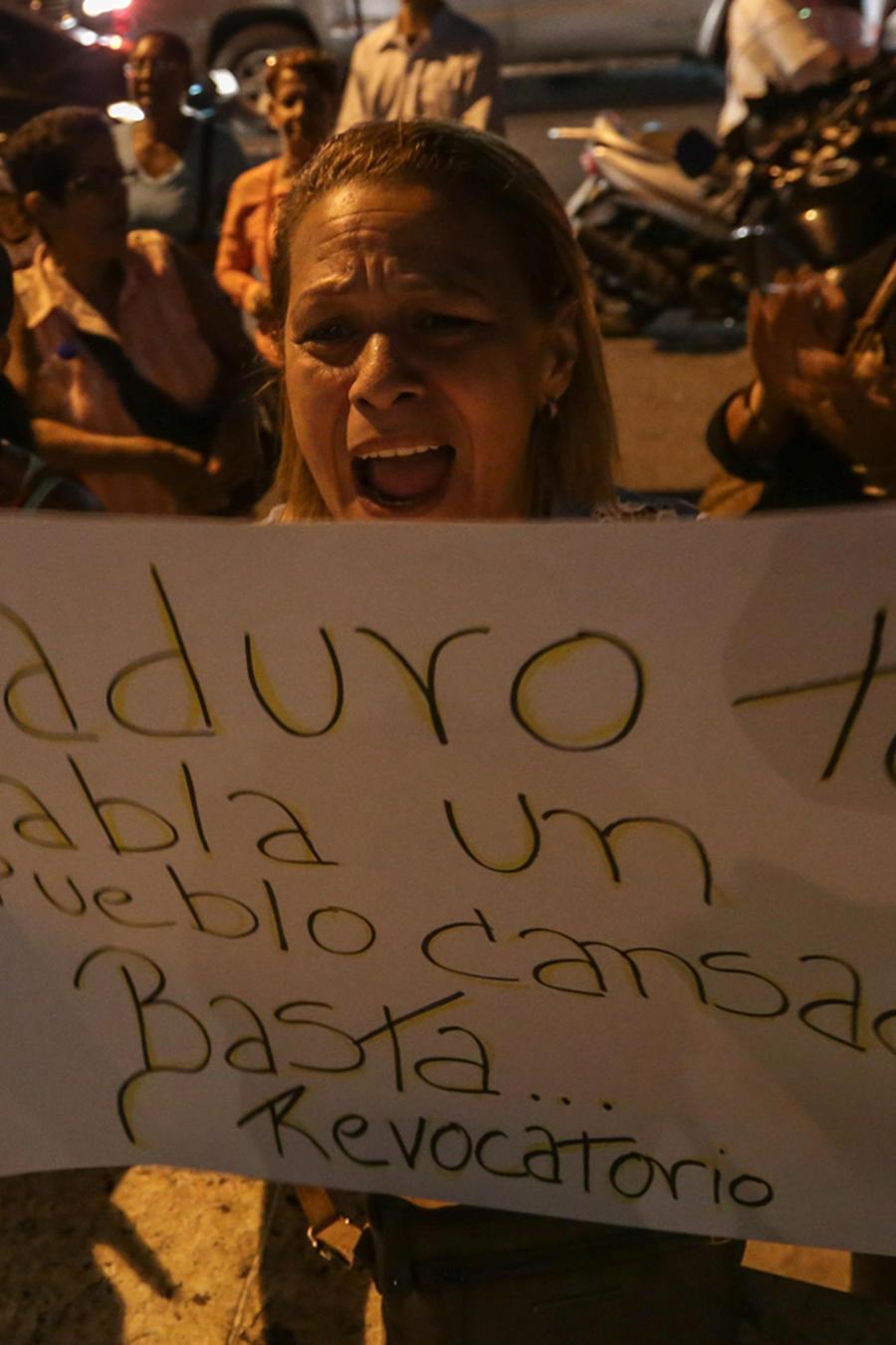 Manifestantes opositores protestan el viernes 21 de octubre de 2016, en Caracas, Venezuela