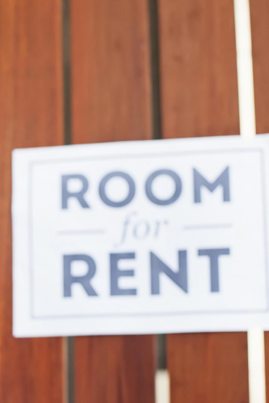 Mujer habla por teléfono y renta habitación