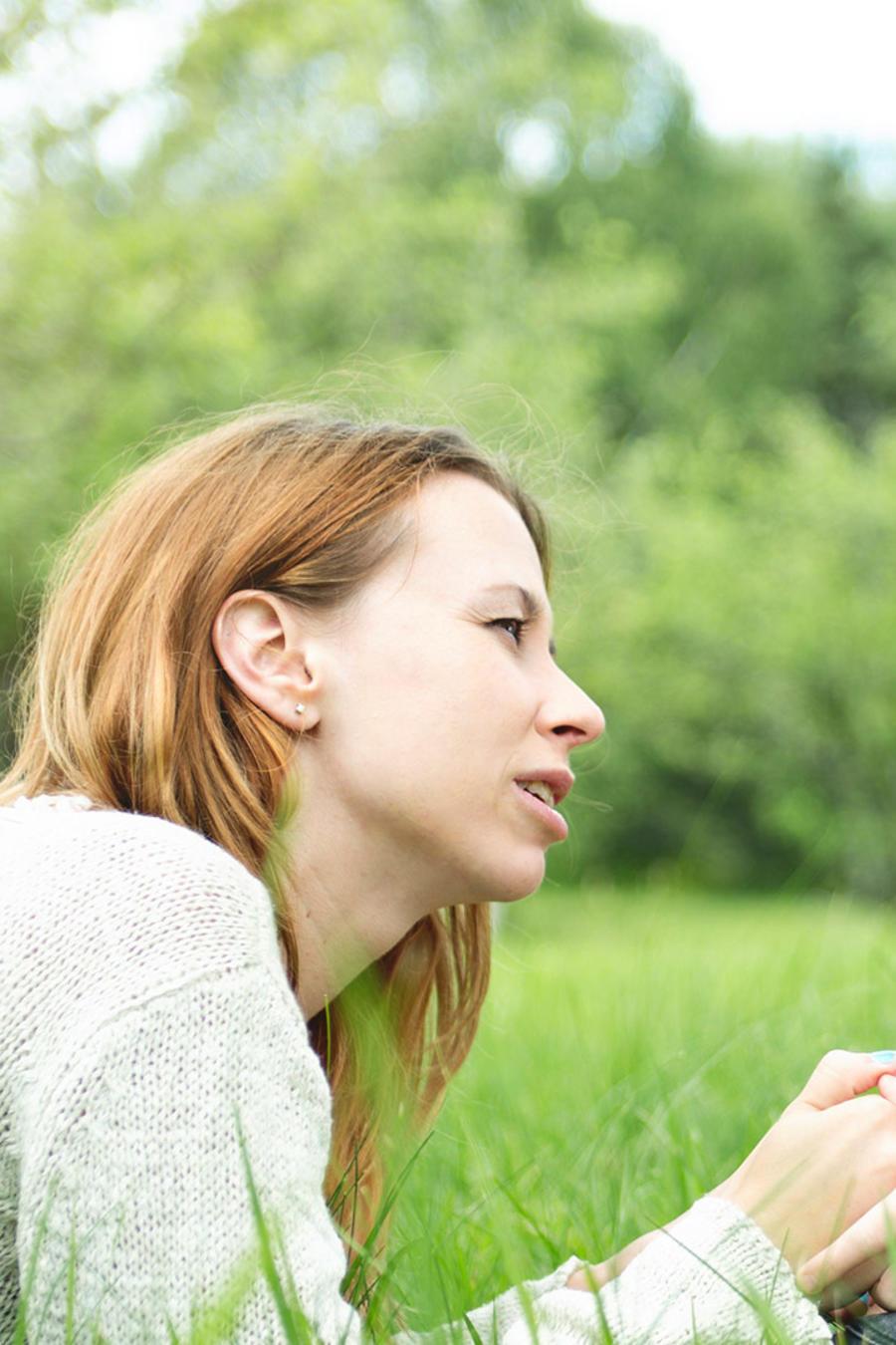 Madre habla con hija en el pasto