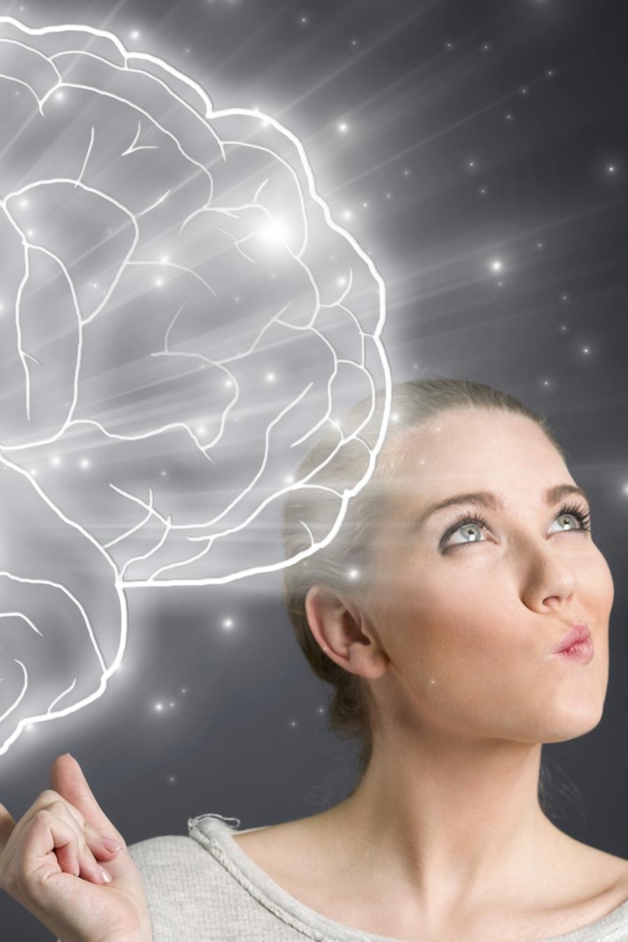 Mujer con imagen del cerebro humano