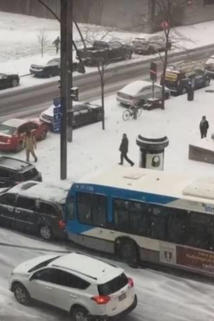 Autos chocan en Montreal