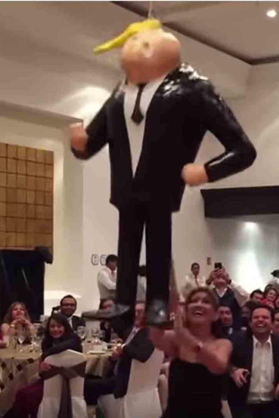 Senadores mexicanos rompen piñata de Trump