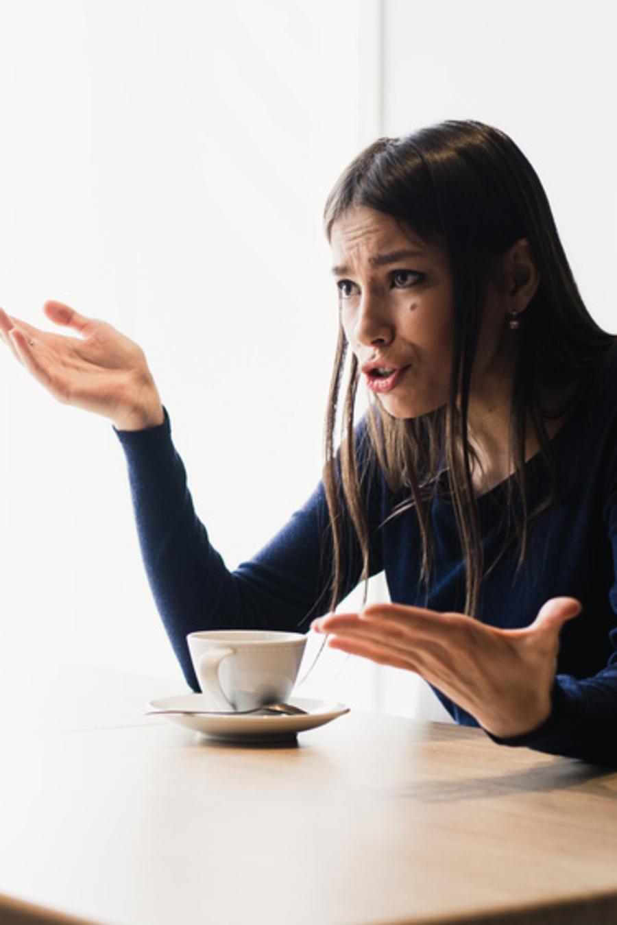 Pareja discutiendo en un café