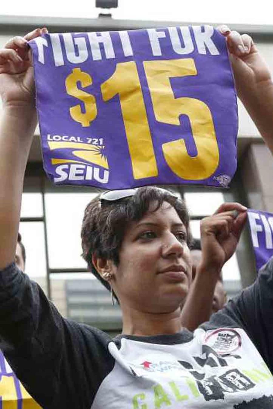 Fotografía de archivo de una protesta para pedir un aumento del salario a 15 dólares por hora como mínimo en todo el país.