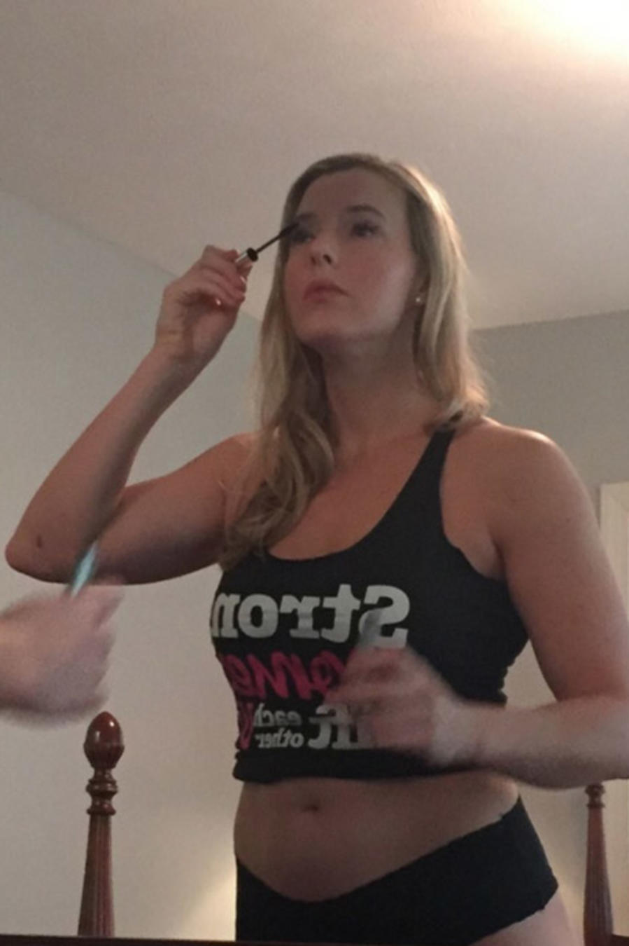 Fitness blogger frente al espejo