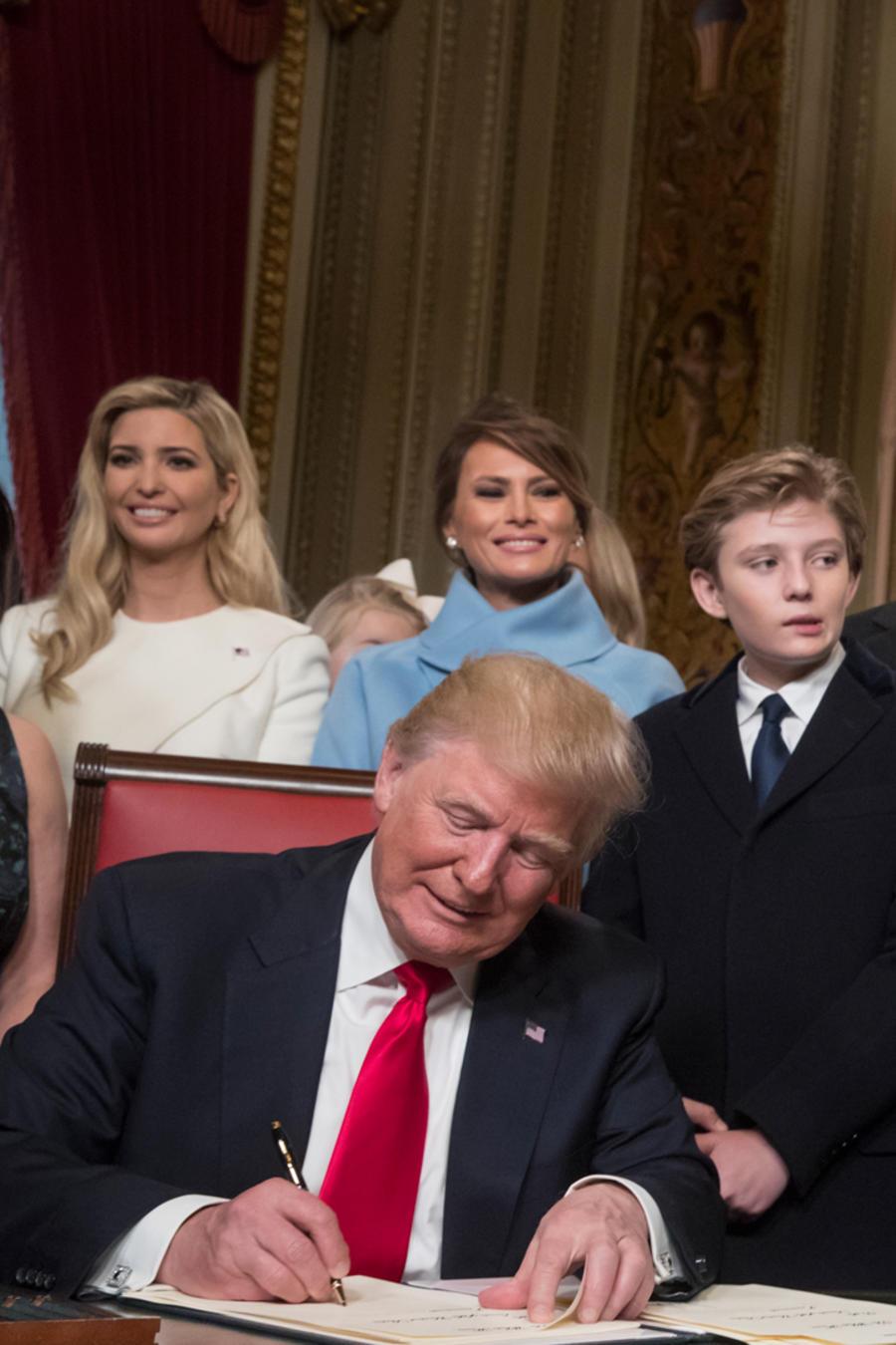 Donald Trump firma las primeras leyes de su gobierno