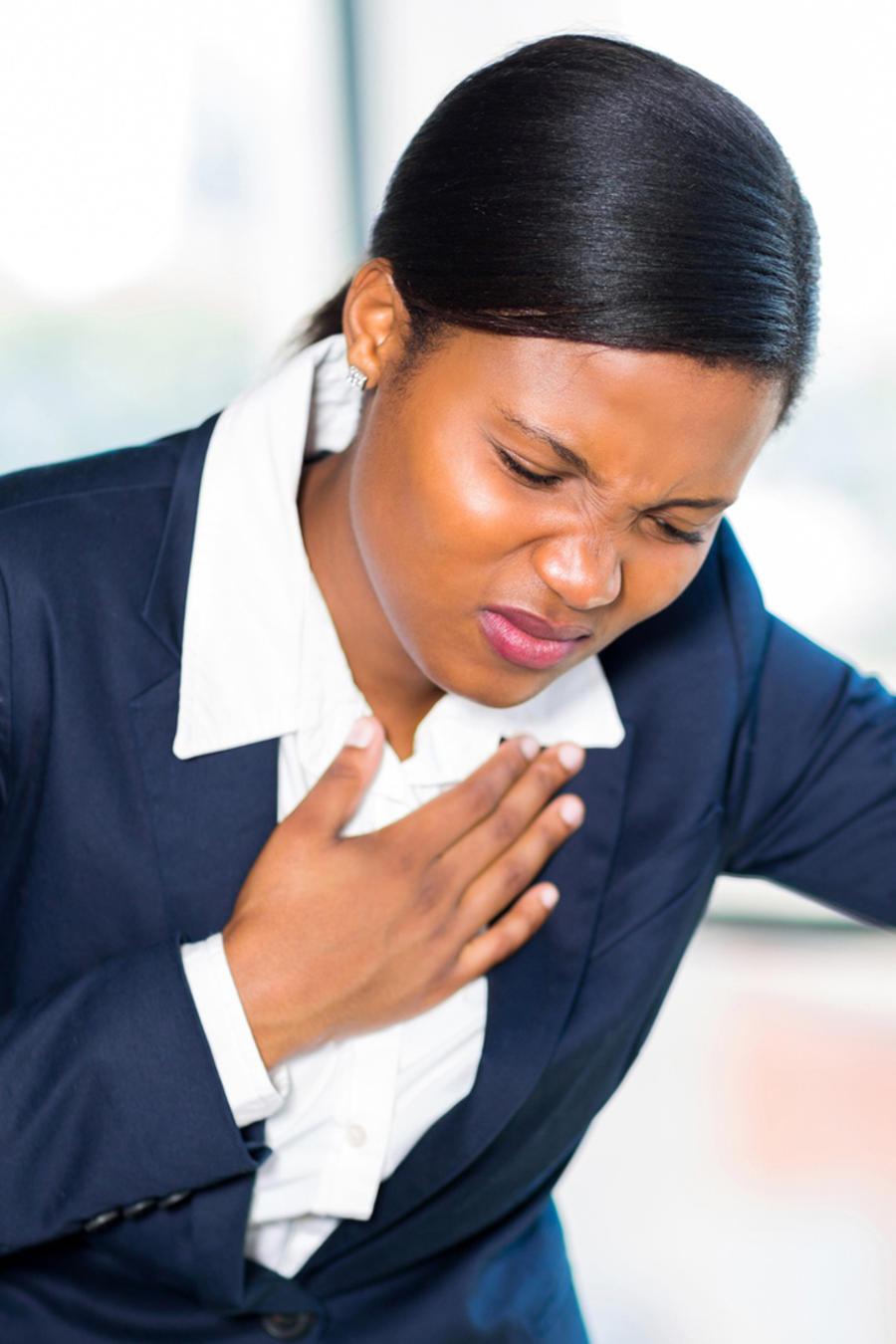 Joven mujer de negocios sufriendo un ataque cardíaco