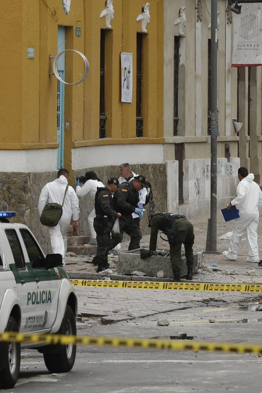 Investigadores colombianos examinan sitio de una explosión en Bogotá