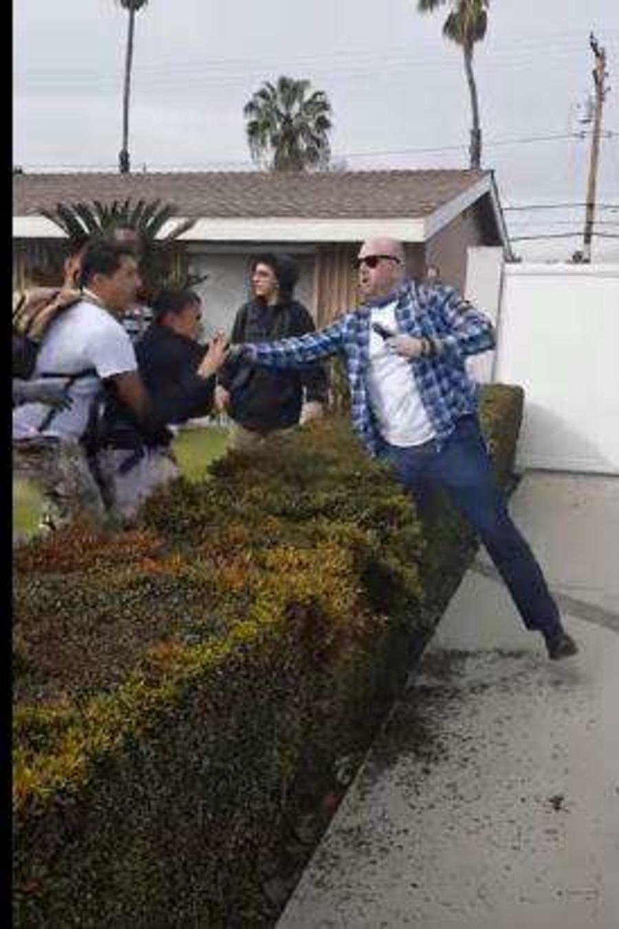 Policía fuera de servicio usa su arma en California