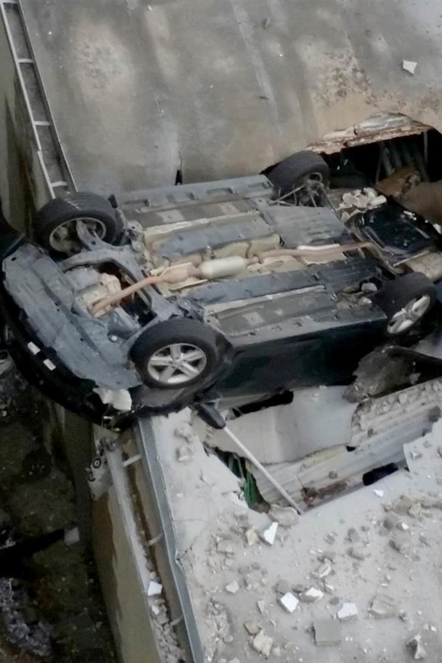 auto que cayó de piso 7. Foto de NBC