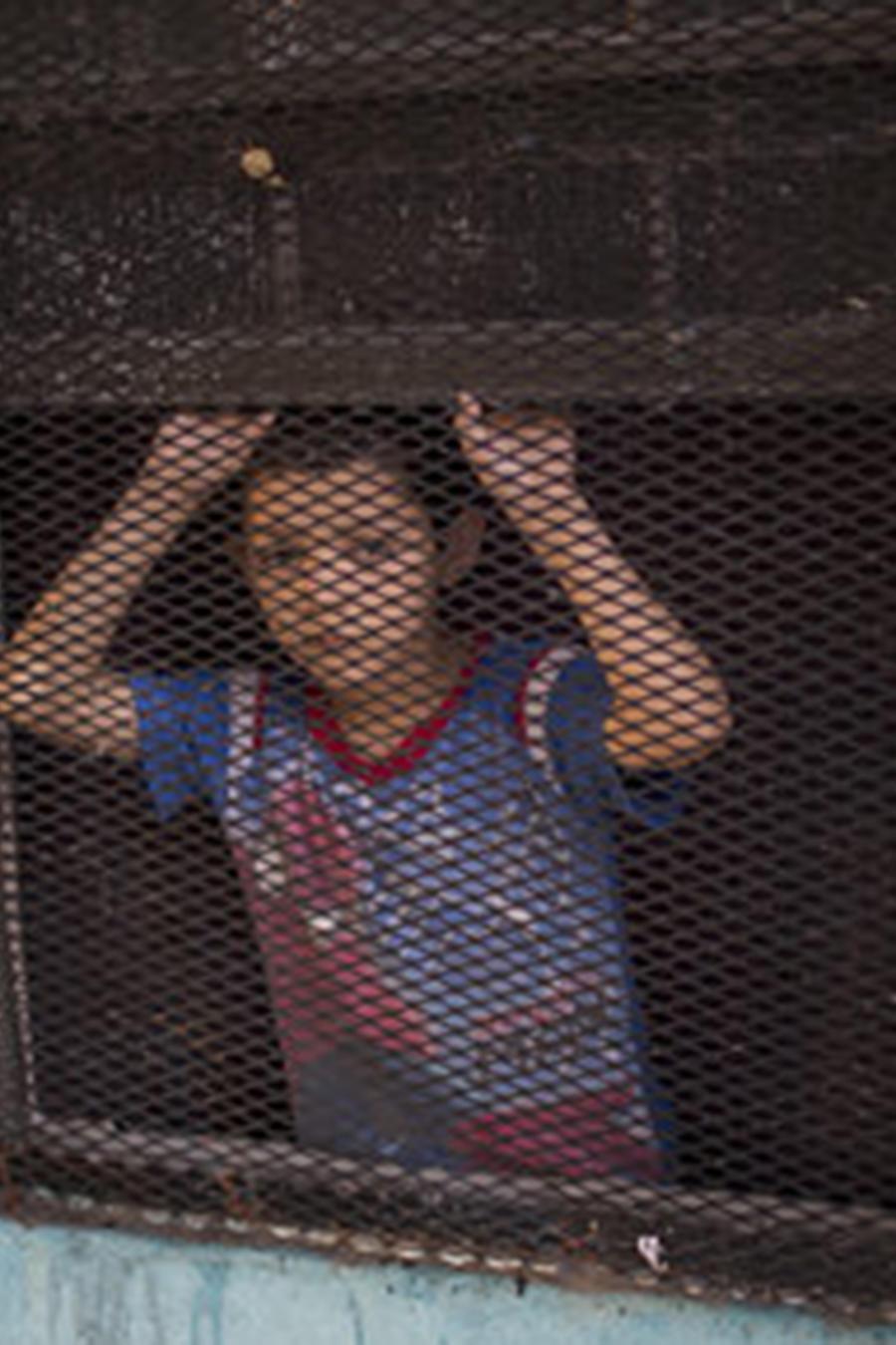 Un niño mira por la ventana de su casa en Nuevo Laredo, estado de Tamaulipas, al otro lado de la frontera con Laredo (EEUU).