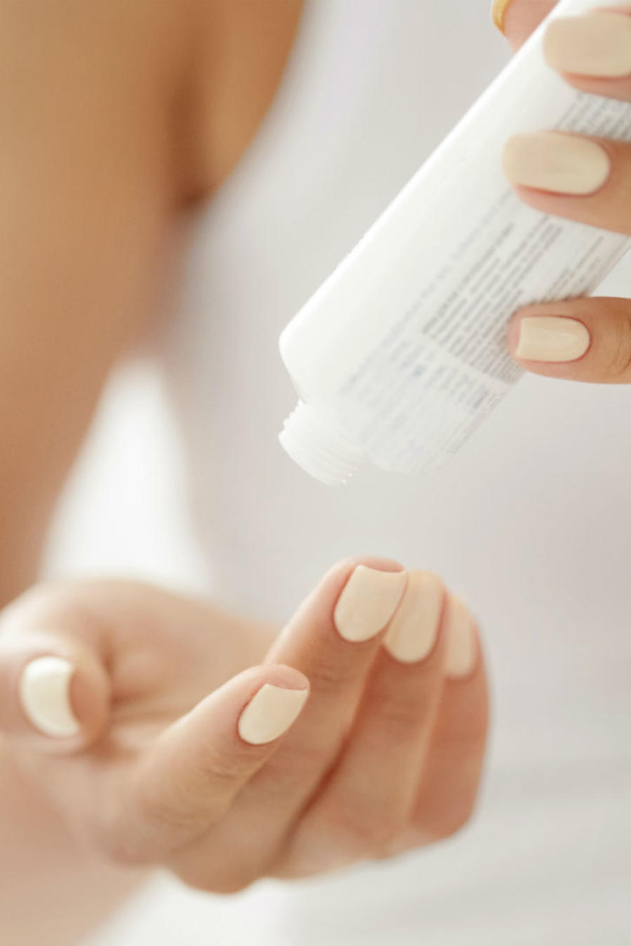 Mujer aplicándose crema de manos