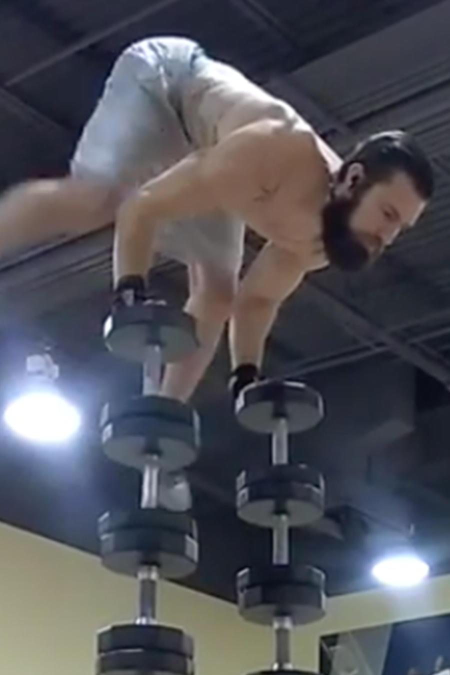 El Guru del Balance se balancea entre pesas elevadas