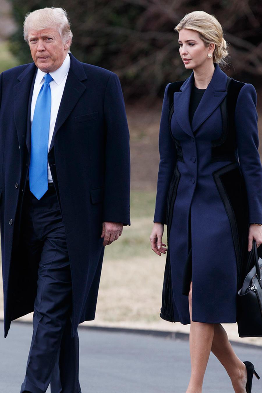 En esta imagen del 1 de febrero de 2017, el presidente Donald Trump y su hija Ivanka Trump caminan para abordar el Marine One en el Jardín Sur de la Casa Blanca en Washington.