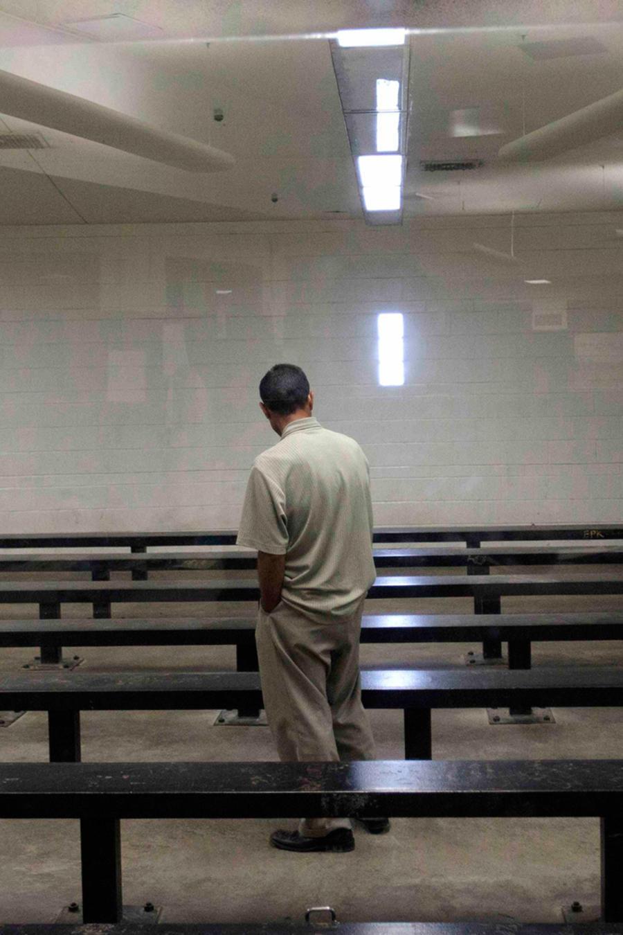 Un inmigrante indocumentado en un centro de detención en California
