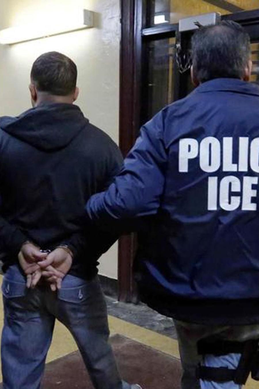 Hombre siendo detenido por agentes de ICE en EEUU