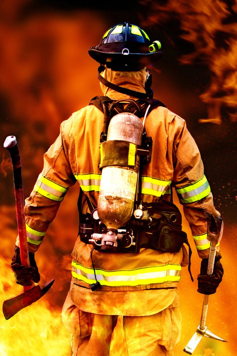 Bombero de espalda enfrentando el fuego