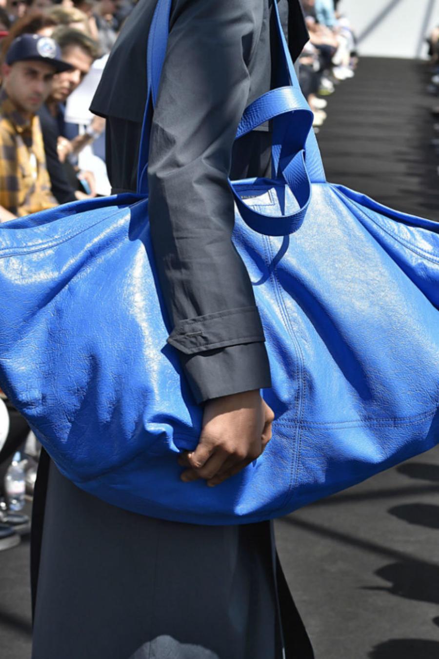 Bolsa azul de Balenciaga y bolsa azul de Ikea