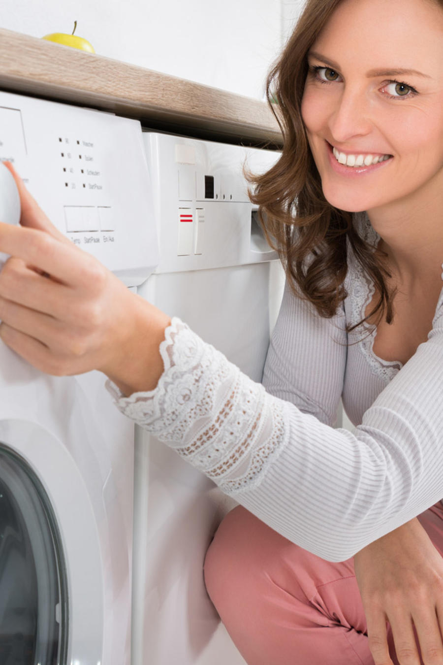 Mujer alistando la lavadora