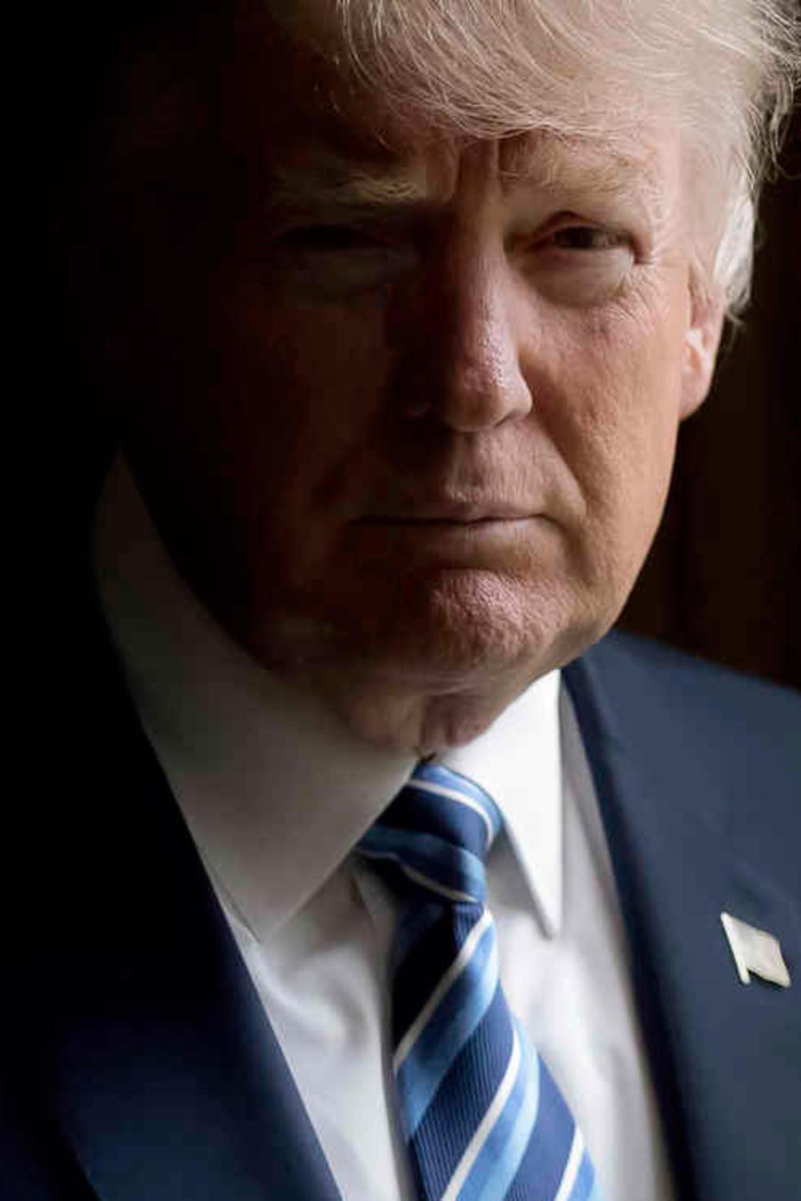 El presidente Donald Trump posa para una foto en la Oficina Oval de la Casa Blanca, en Washington, el viernes 21 de abril del 2017.