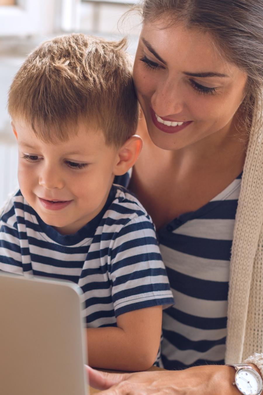 Madre e hijo usando computadora