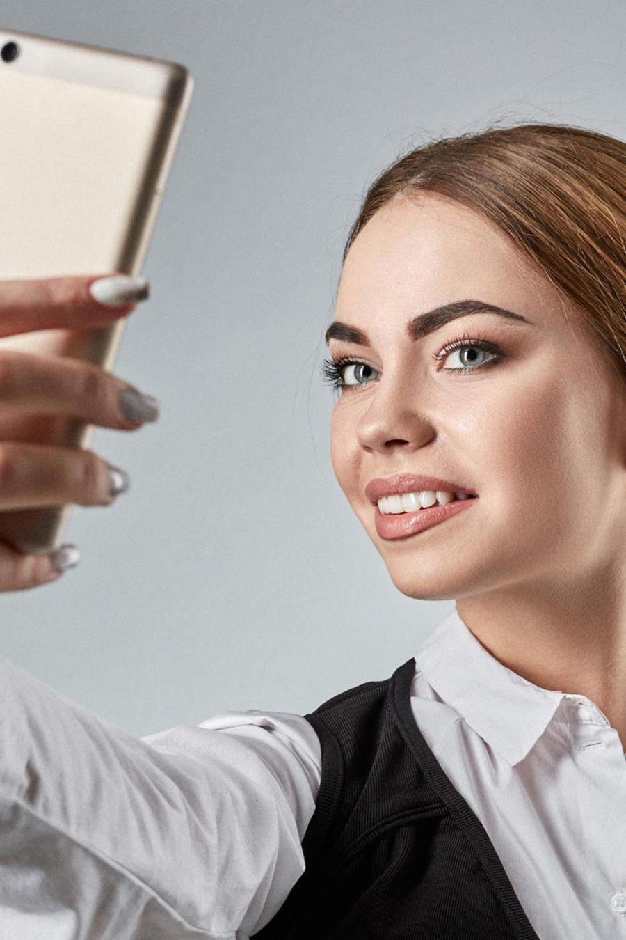 Mujer ejecutiva se toma una selfie