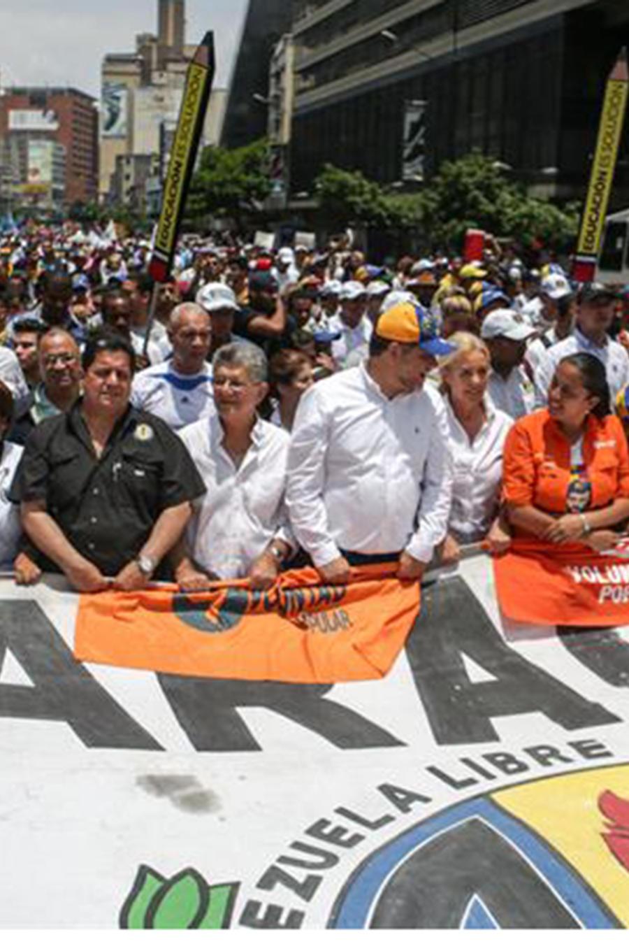El diputado de la Asamblea Nacional (AN), Henry Ramos (c), participa en una manifestación contra el Gobierno venezolano hoy, 24 de abril.