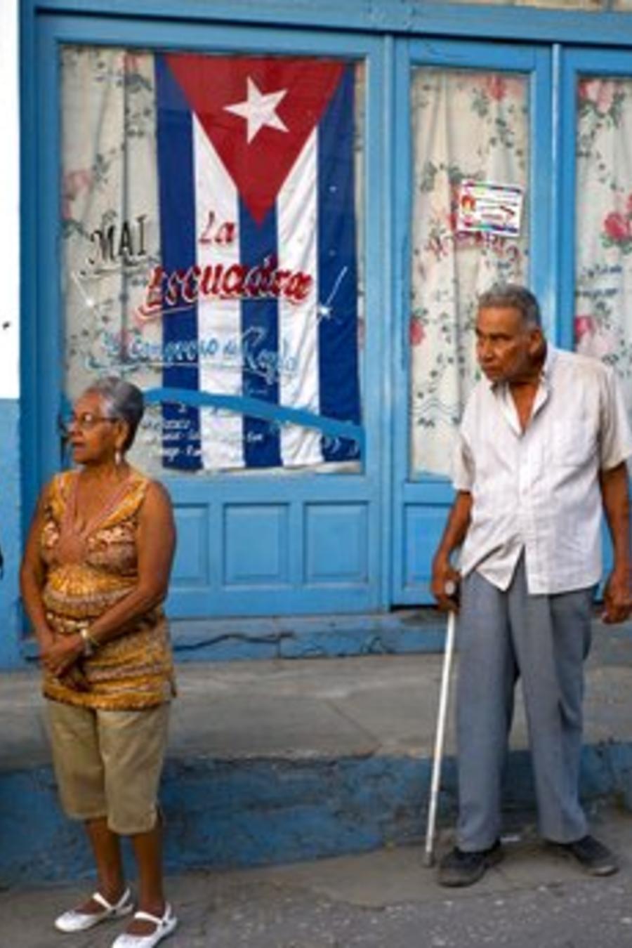 Varias personas en una calle del municipio de Regla, en La Habana.