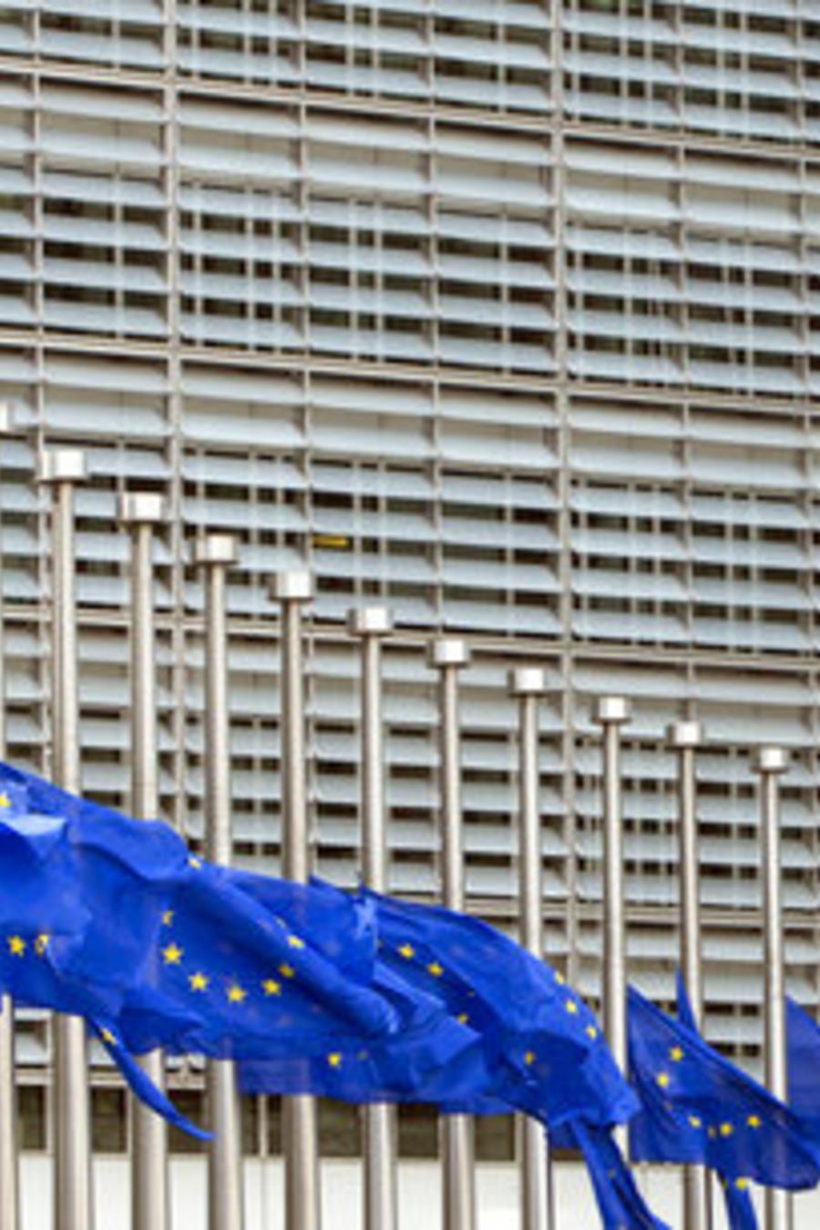 Las banderas de la Unión Europea ondean a media asta en señal de duelo en Bruselas.