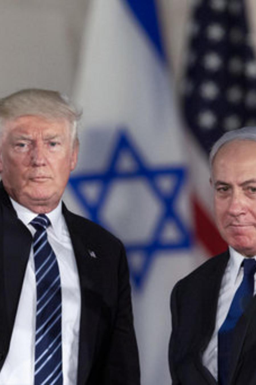 El presidente Donald Trump y el primer ministro israelí, Benjamin Netanyahu, saludan en el Museo de Israel en Jerusalem.