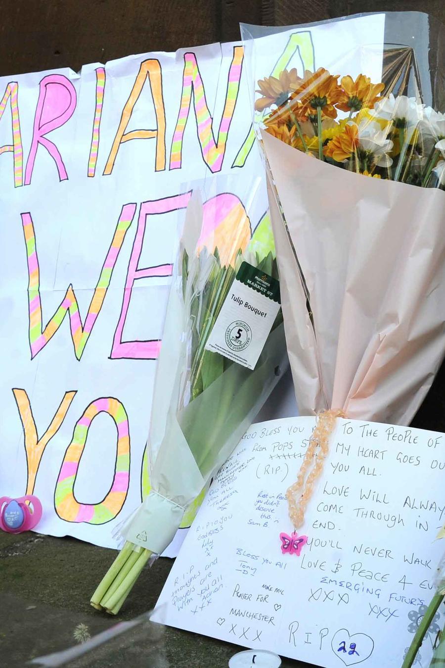 Ramos de flores en honor a víctimas del atentado en concierto en Manchester