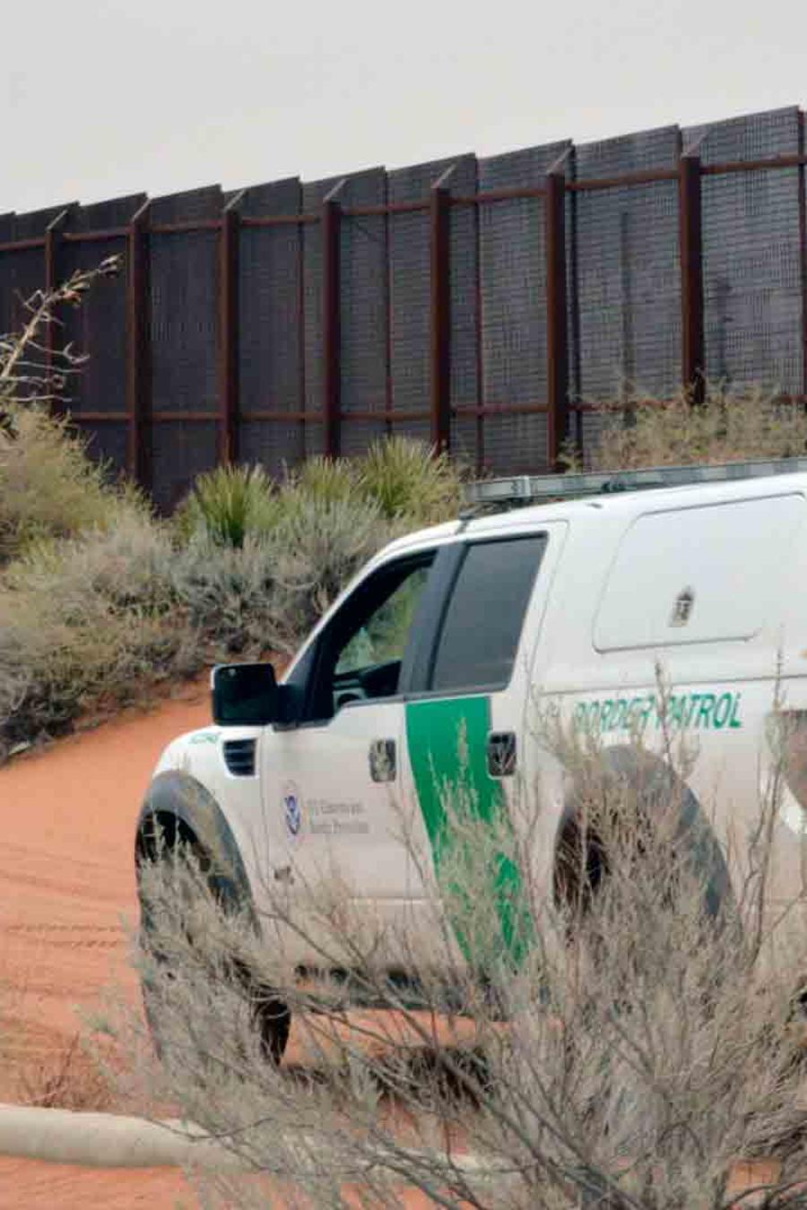 Furgoneta de la patrulla fronteriza en el límite de México con EEUU.