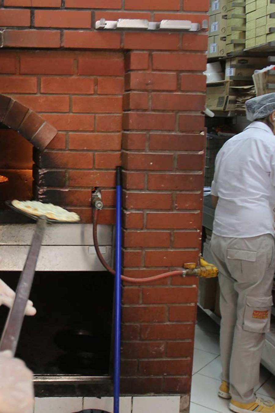 Foto de archivo: Empleados trabajan en la cocina de un restaurante