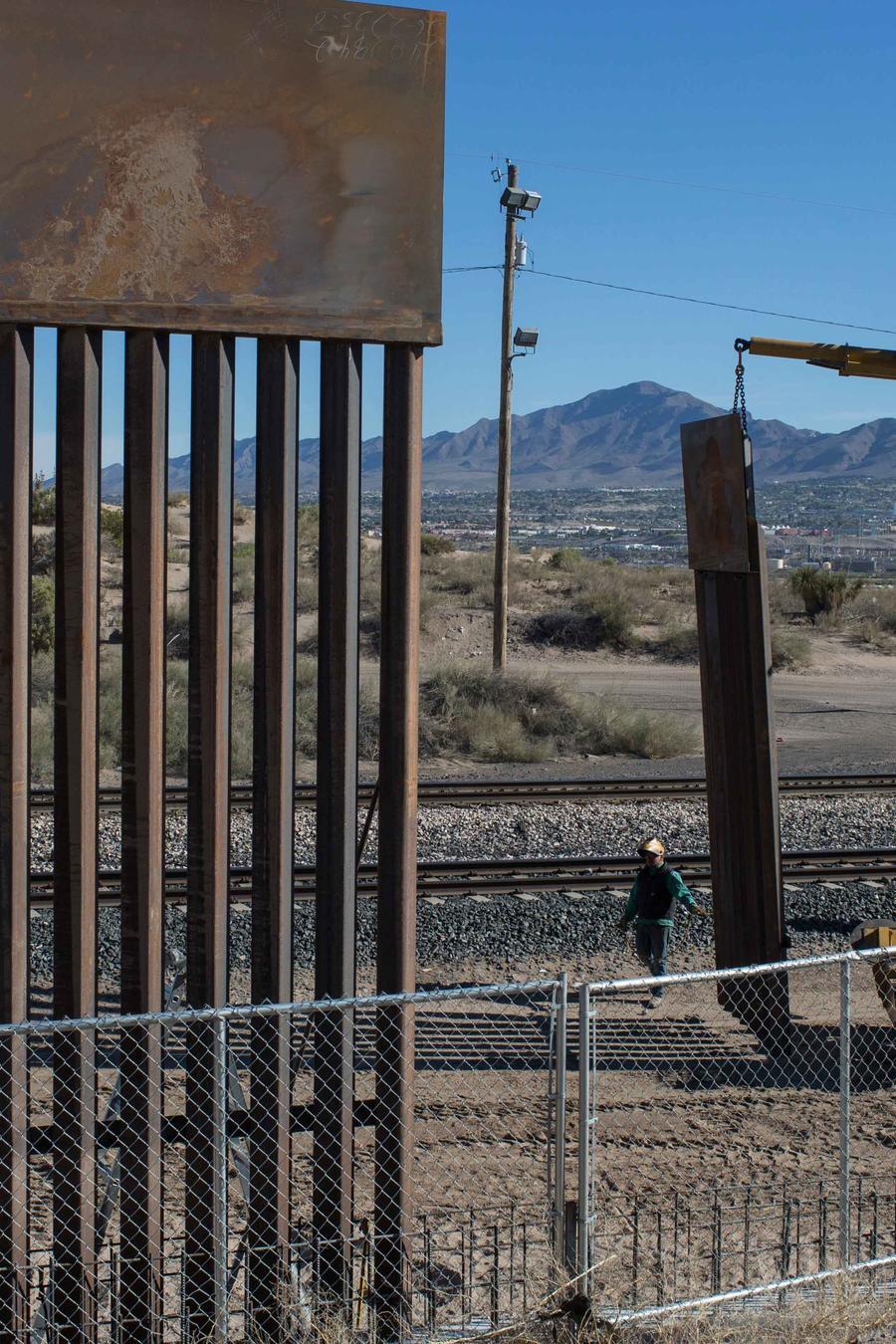 Una excavadora en los alrededores del muro fronterizo