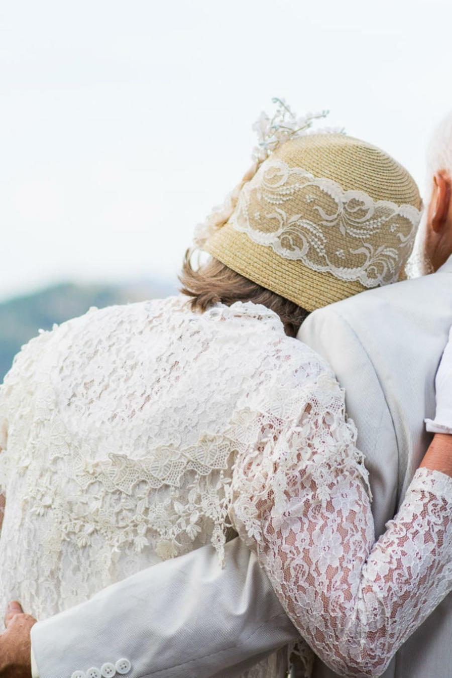Pareja de ancianos abrazados
