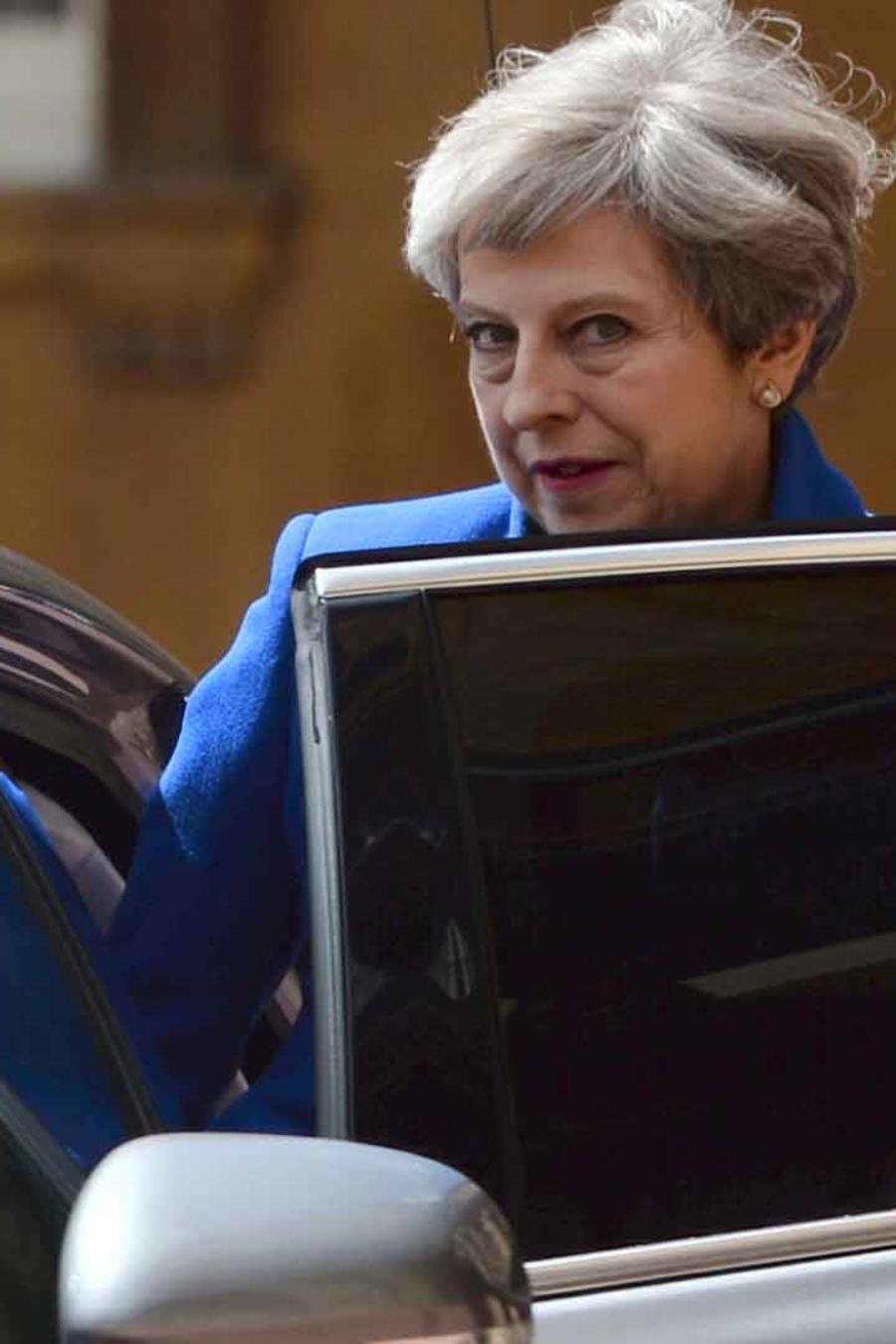 Primera ministra del Reino Unido Theresa May entra en un vehículo