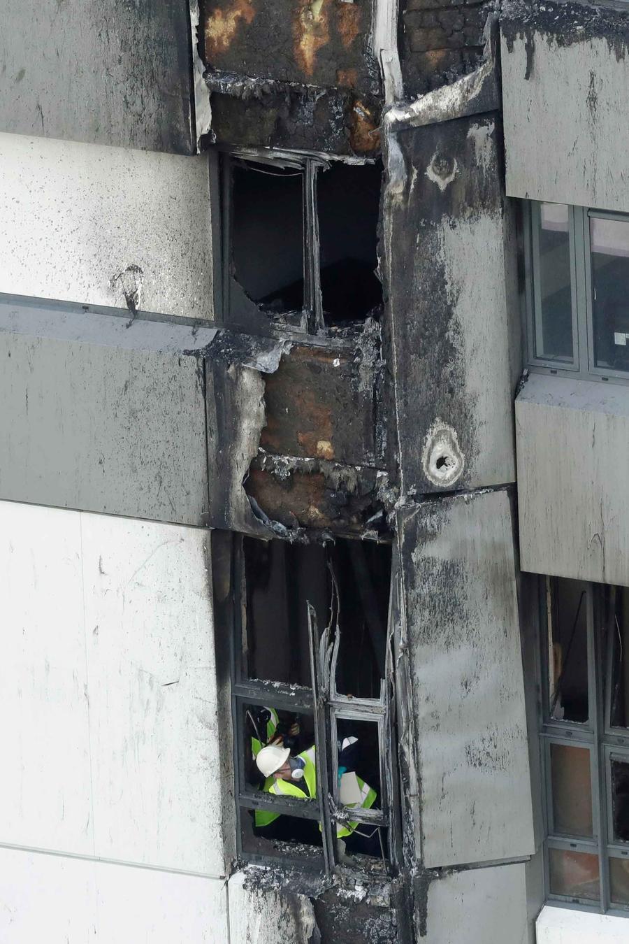 Un bombero en el edificio calcinado en Londres