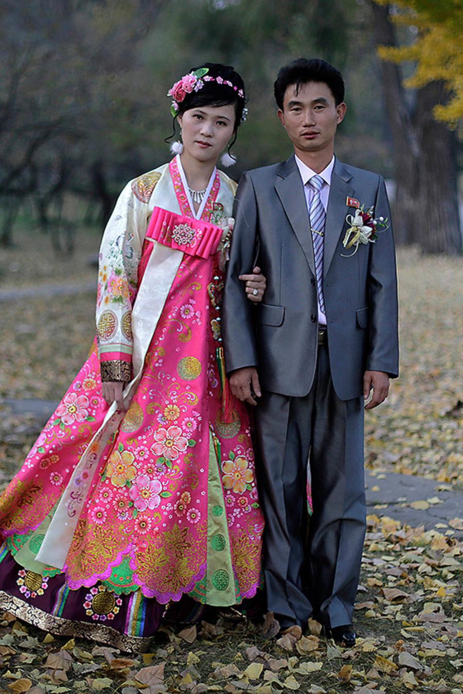 Los novios Ri Ok Ran y Kang Sung Jin de 28 y 32 años respectivamente.