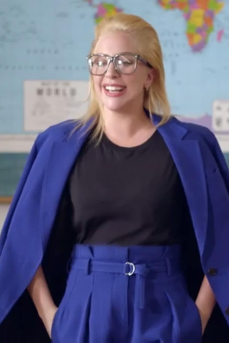 Lady Gaga como en anuncio de maestra