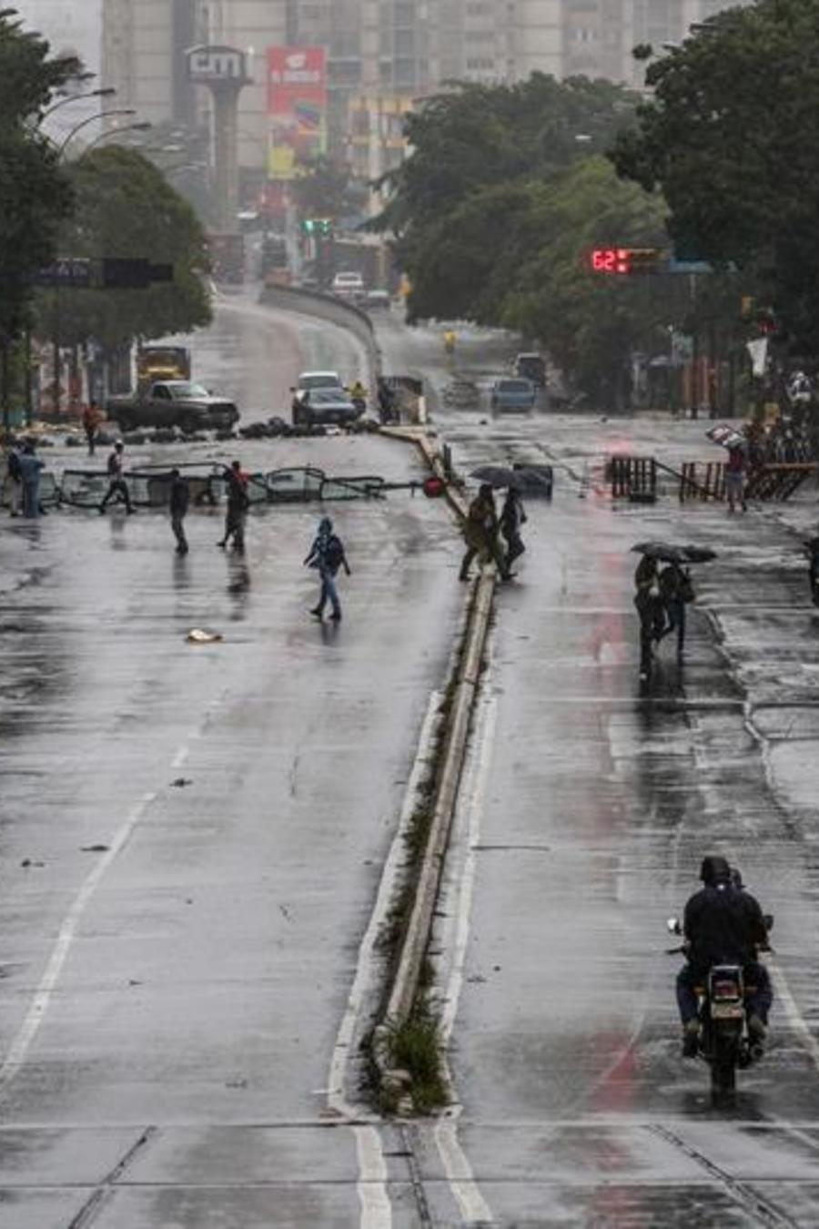 Manifestantes opositores bloquean una calle de Caracas como método de protesta contra la Constituyente de Maduro.