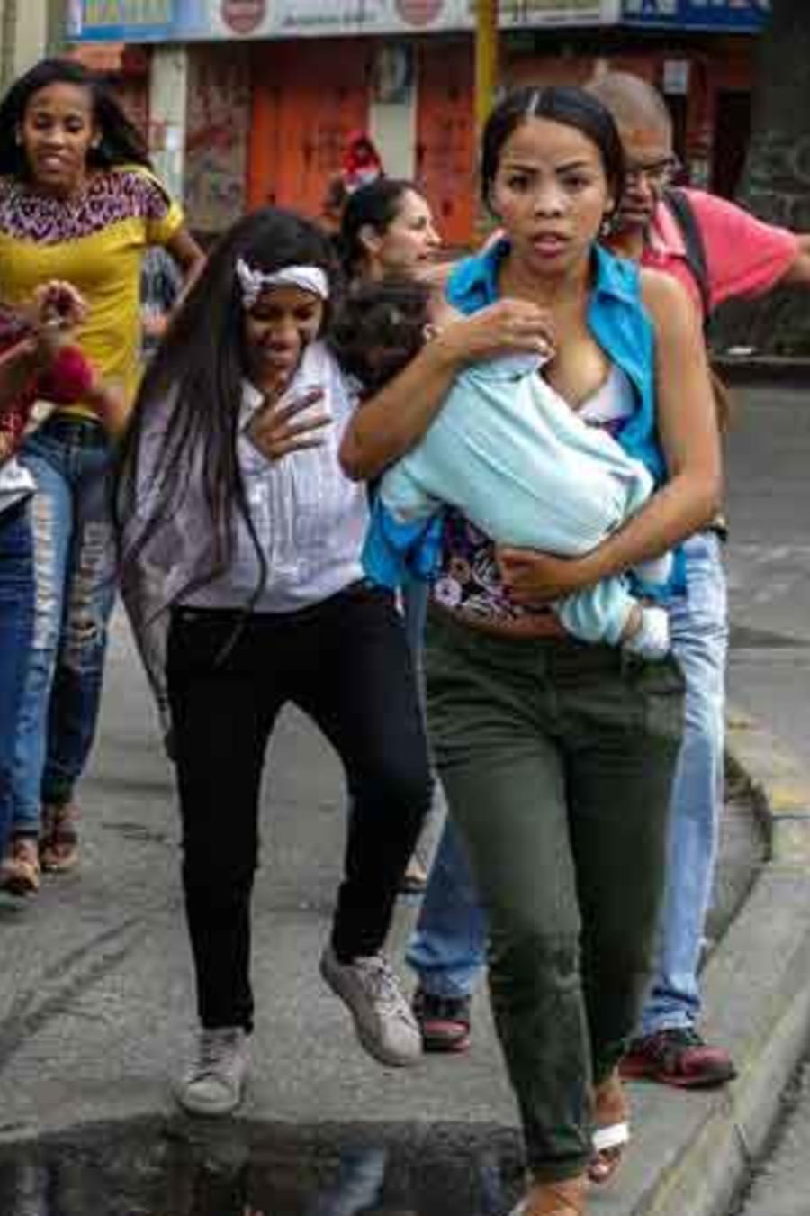 Manifestantes en Venezuela corren de la fuerza pública ante el temor de ser agredidos