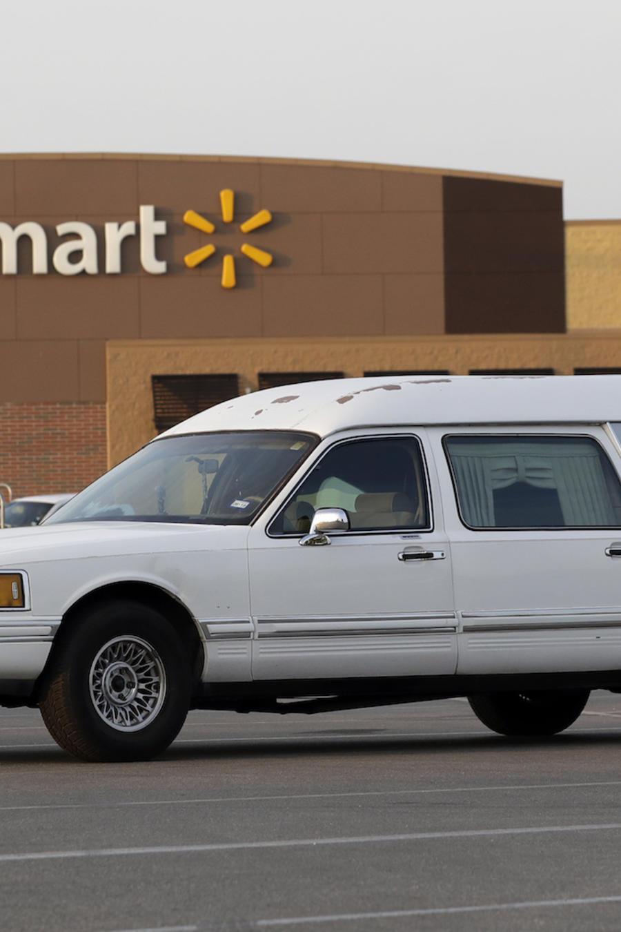 Un coche fúnebre en el aparcamiento del Walmart en San Antonio.
