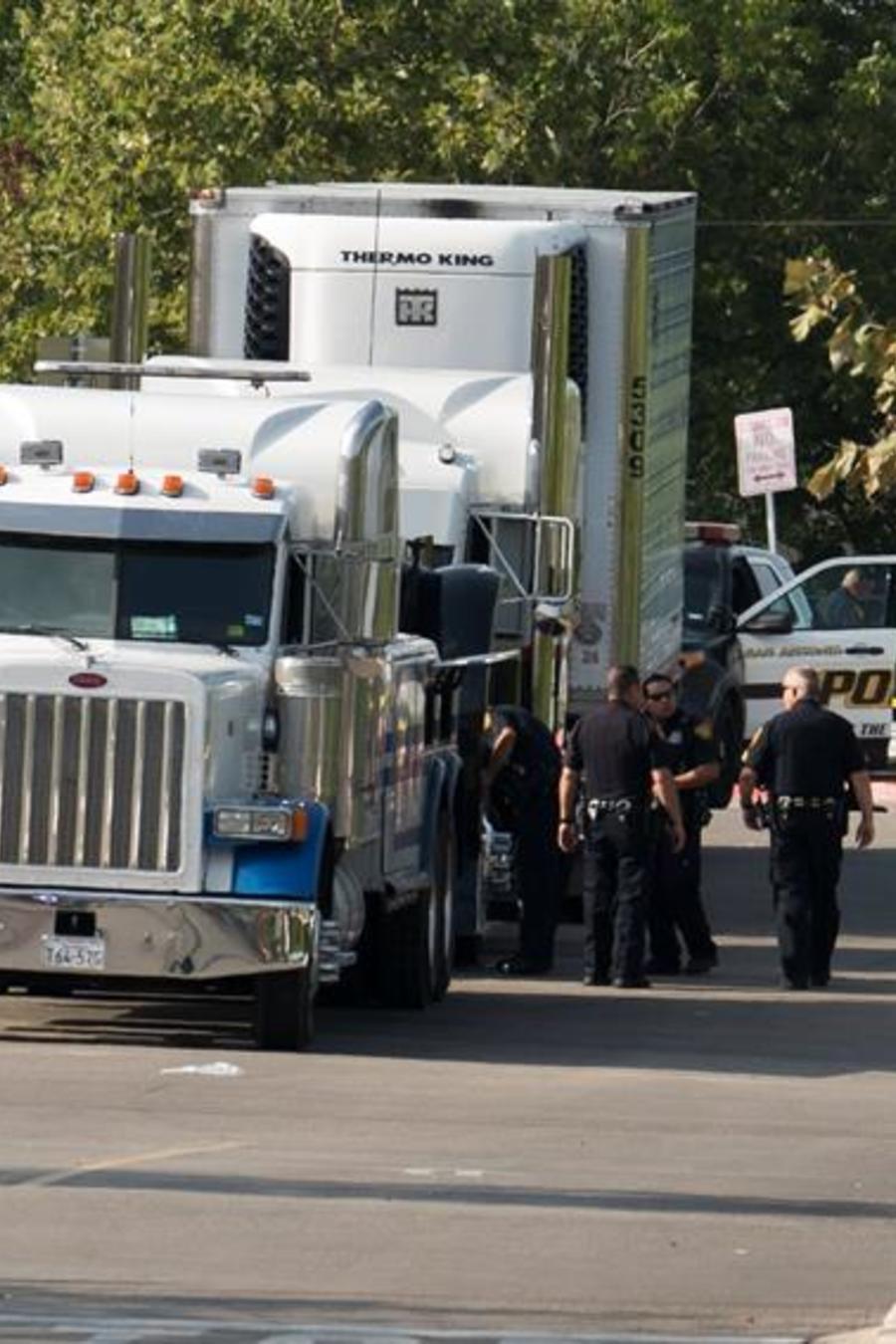 Las autoridades remolcan el camión en el que fueron abandonados a su suerte varios inmigrantes, nueve de los cuales falleccieron.